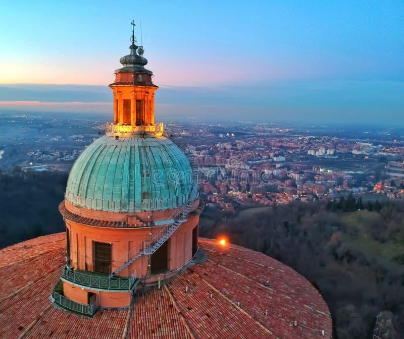 Basilikakupol som förbiser staden av bolognaen royaltyfri foto
