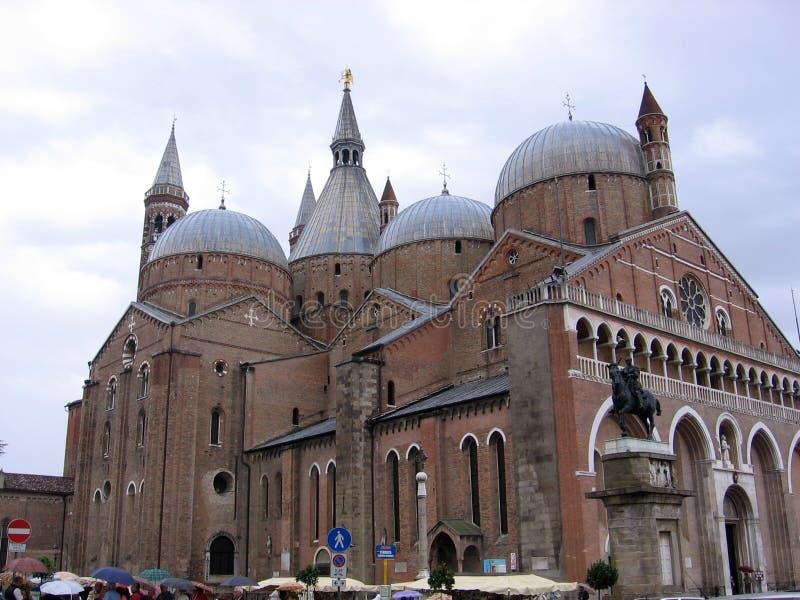 Basilikan av San Antonio är den viktigaste och mest välkända kyrkan i staden av Padua Italien royaltyfri foto