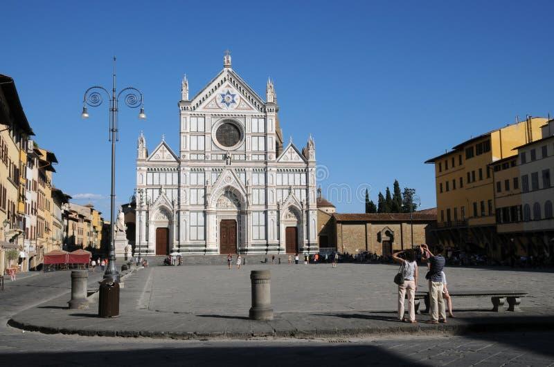 Basilikan av Santa Croce Basilica av det heliga korset på fyrkant av det samma namnet i Florence, Tuscany, Italien f arkivbild