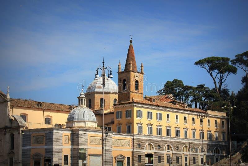 Basilikan av Santa Maria del Popolo i Rome, Italien Det står på norrsidan av Piazza del Popolo, en av mest arkivbild