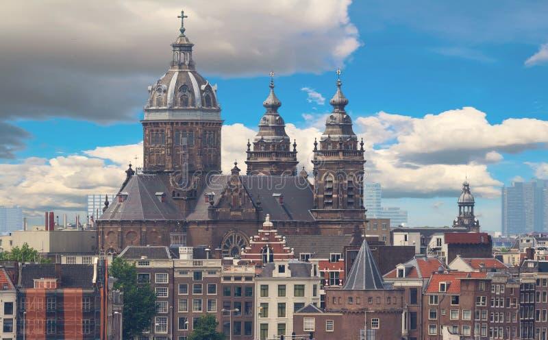 Basilikan av St Nicholas lokaliseras i det gamla mittområdet av Amsterdam, Nederländerna royaltyfri bild