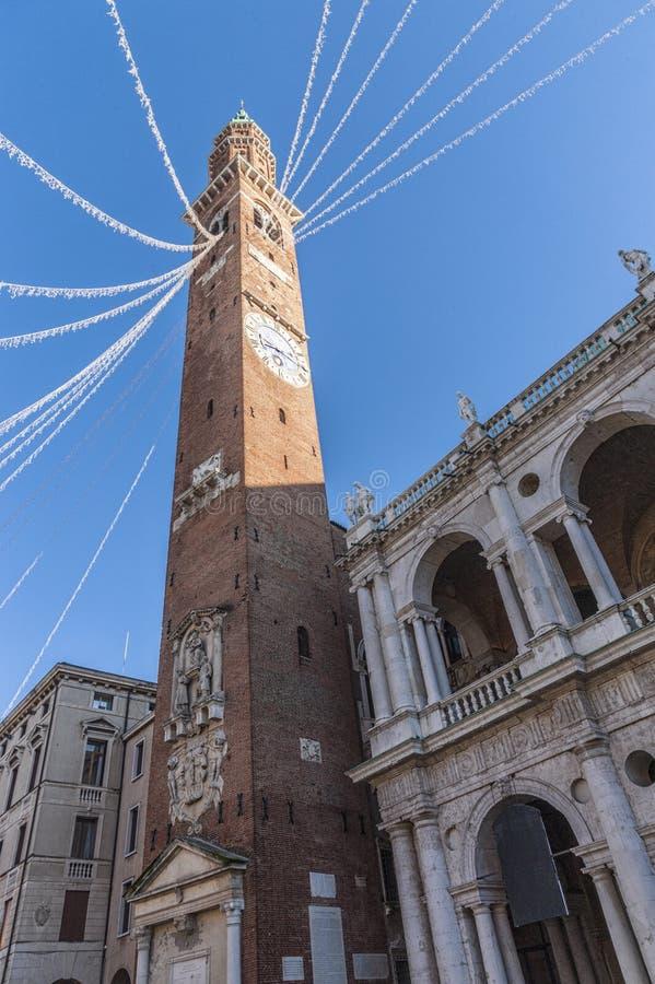 Basilikan Palladiana med klockatornet är en renässansbyggnad i de centrala piazzadeisignorina i Vicenza, Italien arkivfoton
