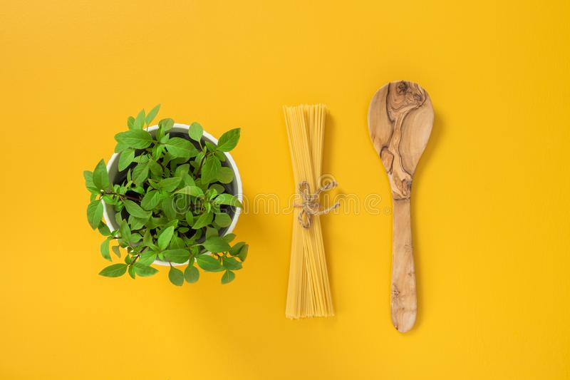 Basilikum, Teigwaren und hölzerner Löffel lizenzfreies stockbild