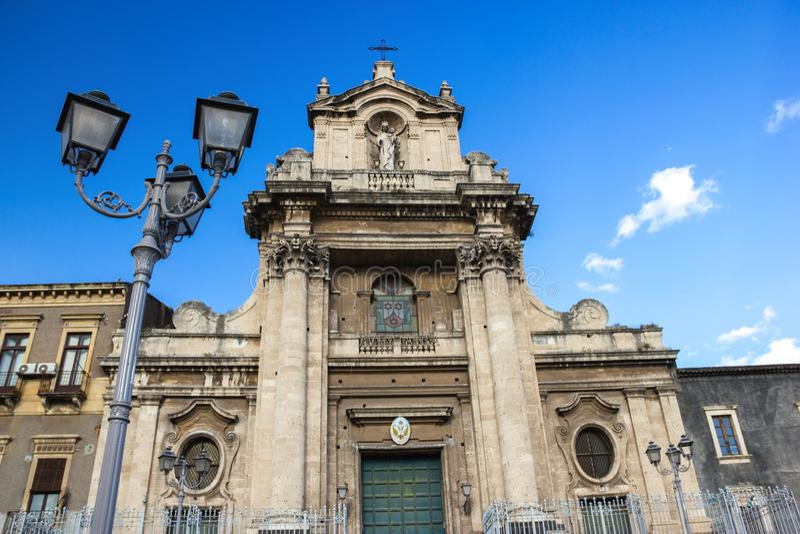 Basilique baroque de Catane, vue de la façade historique, statues, colonnes et réverbère images libres de droits