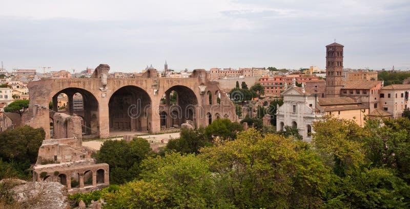 Basilique de Maxentius et de vue panoramique de beffroi au forum romain photos libres de droits