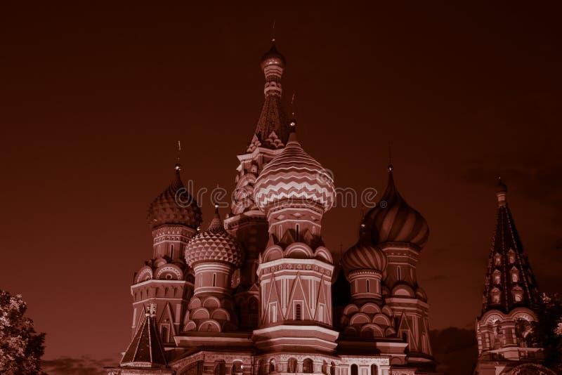 Basilique de Moscou dans la place rouge dans des couleurs rouges photos libres de droits