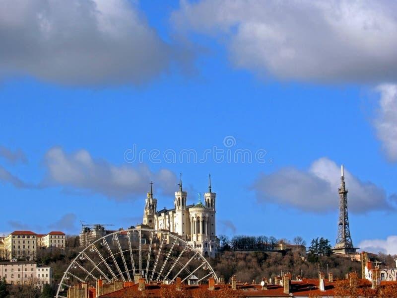 Basilique de Notre-Dame de Fourviere avec la grande roue et tour métallique de Fourviere sur le dessus de la colline à Lyon, Fran photos stock