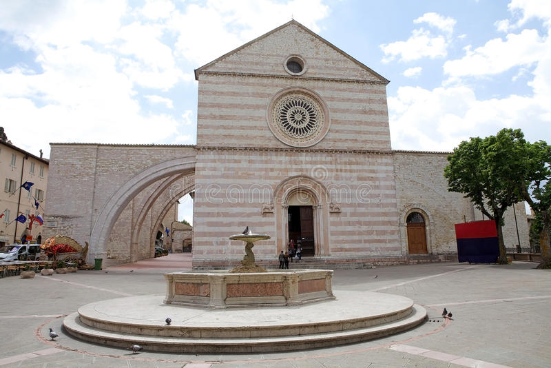 Basilique de saint Clare à Assisi, Ombrie, Italie images stock