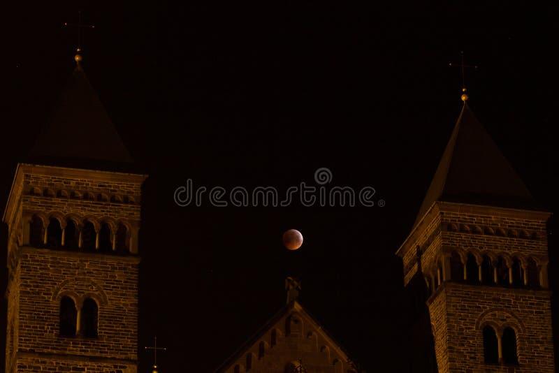 Basilique de saint Servatius avec la lune de sang de janvier 2019 photographie stock