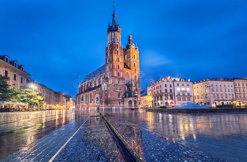 Basilique de St Mary au crépuscule à Cracovie, Pologne photos stock