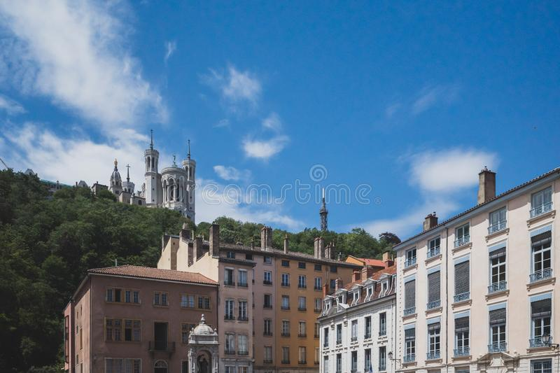 Basilique Notre Dame de Fourviere et de bâtiments à Lyon, France photographie stock