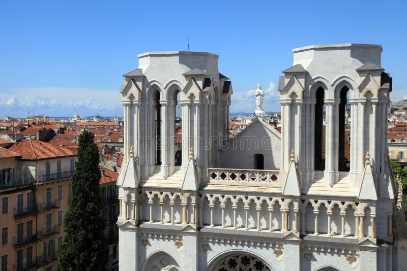 Basilique Notre Dame de Nice och tak för röd tegelplatta i mitten av royaltyfri fotografi