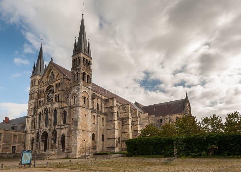 Basilique Saint Remi i Reims Frankrike på en molnig dag arkivfoton
