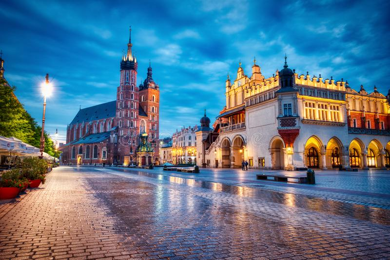 Basilique Sainte-Marie sur la place principale de Cracovie à Dusk, Cracovie photos stock