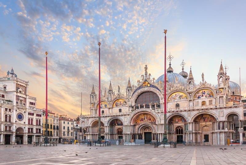 Basilique San Marco et le Clocktower dans Piazza San Marco, vue de matin photos stock