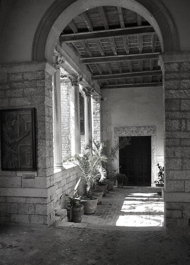 Basillica tillträde i Pula, Kroatien royaltyfri fotografi