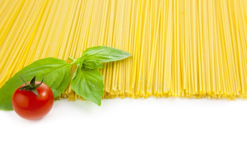 basilu kulinarni włoscy spaghetti pomidory obraz stock