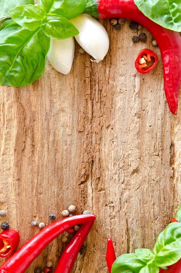 basilu otokowa pieprzy czerwieni powierzchnia drewniana zdjęcie stock