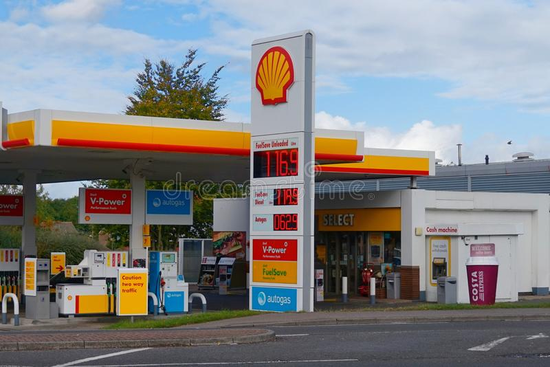 Basingstoke, Hampshire, het UK - 17 Oktober 2016: Shell-benzinebenzinestation stock foto's