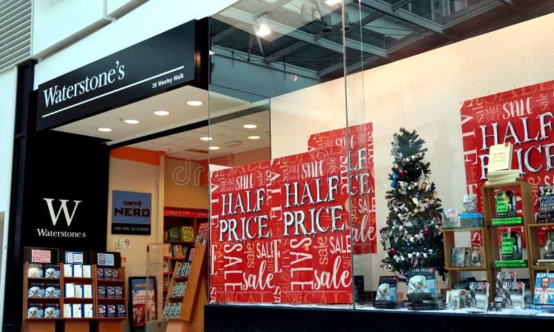 Basingstoke, het UK - 04 Januari 2017: Winkelvoorzijde van de boekhandel van Waterstone ` s met de Halve tekens van de Prijsverko stock afbeeldingen