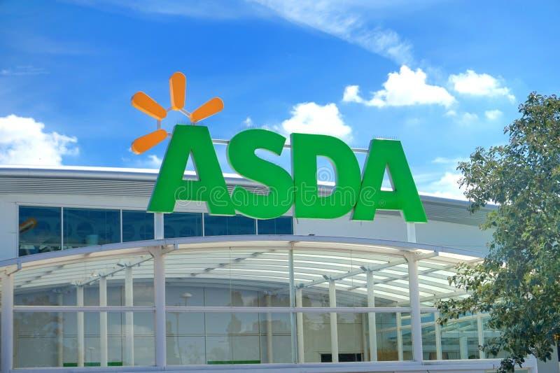 BASINGSTOKE, REINO UNIDO - 20 DE JULHO DE 2016: Armazene a parte dianteira do supermercado de ASDA em Brighton Hill fotos de stock