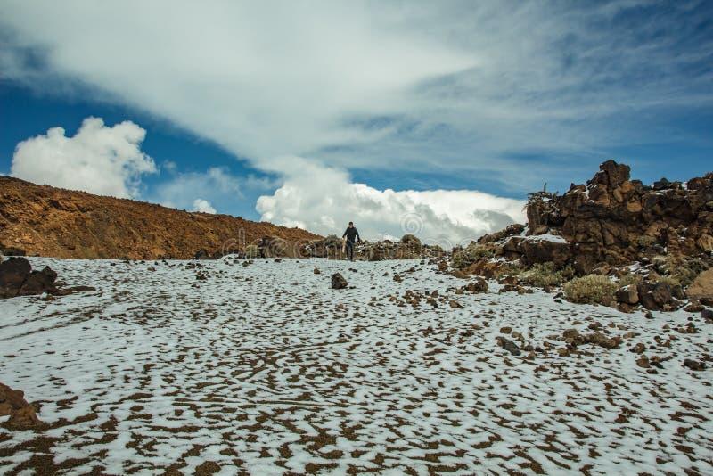 Basis van vulkaan Teide Vallei van lava met witte sneeuwvlekken, die gedeeltelijk door de mooie wolken wordt behandeld Heldere bl royalty-vrije stock foto's