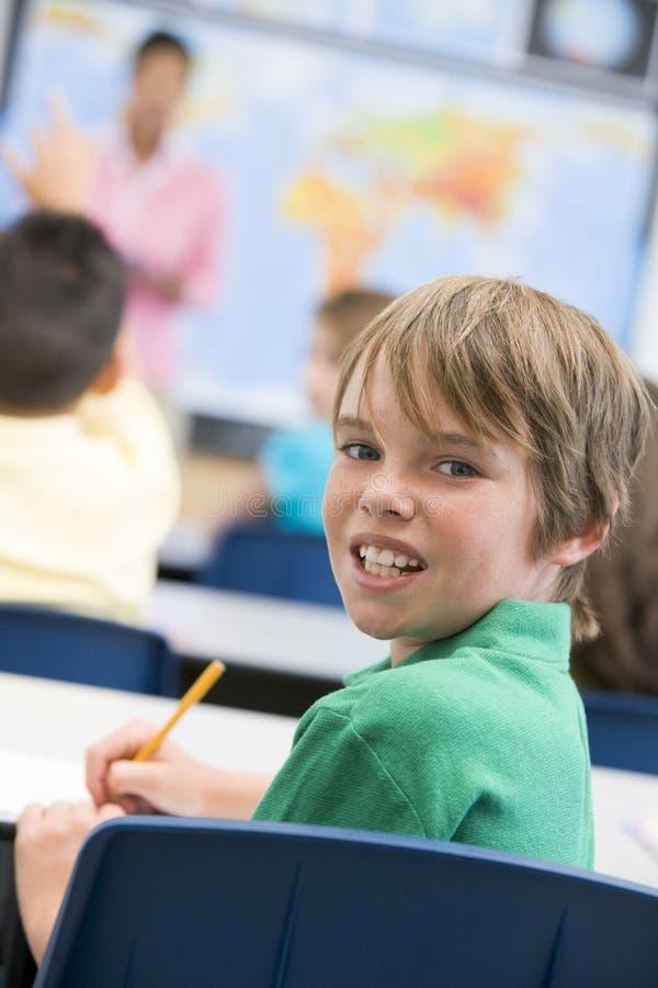 Basisschoolleerling in klaslokaal royalty-vrije stock afbeelding