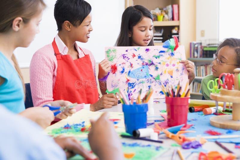 Basisschoolleerling in kunstklasse royalty-vrije stock fotografie