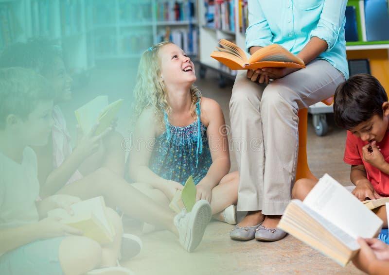 Basisschoolleraar met klasse stock afbeeldingen