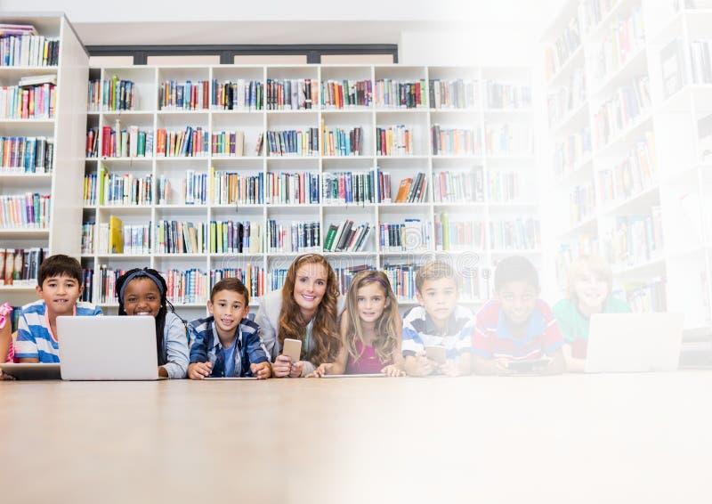 Basisschoolleraar met klasse in bibliotheek royalty-vrije stock foto