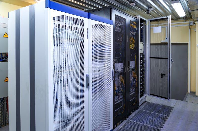 Basisstation auf zellulärer Telekommunikation G/M u. x28; 5G, 4G, 3G& x29; Mast lizenzfreie stockfotos