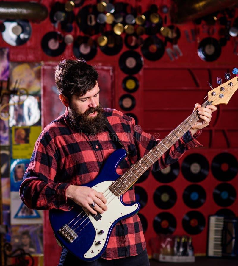 basistbegrepp Man s rymmer elbasen, lekmusik i klubbaatmosfärbakgrund Musiker konstnärlekelkraft arkivfoto