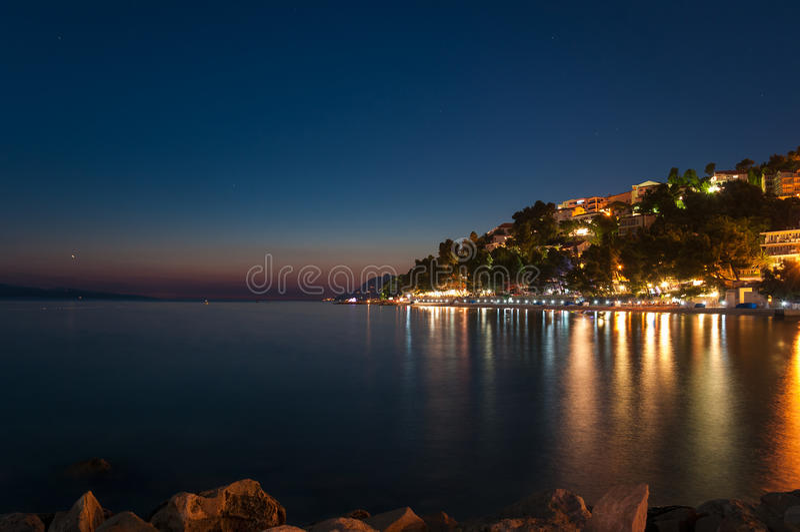 Baska Voda в Хорватии на ноче. стоковое фото
