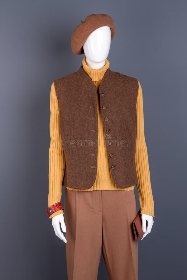 Basker waistcoat, byxa på kvinnlig skyltdocka royaltyfri foto
