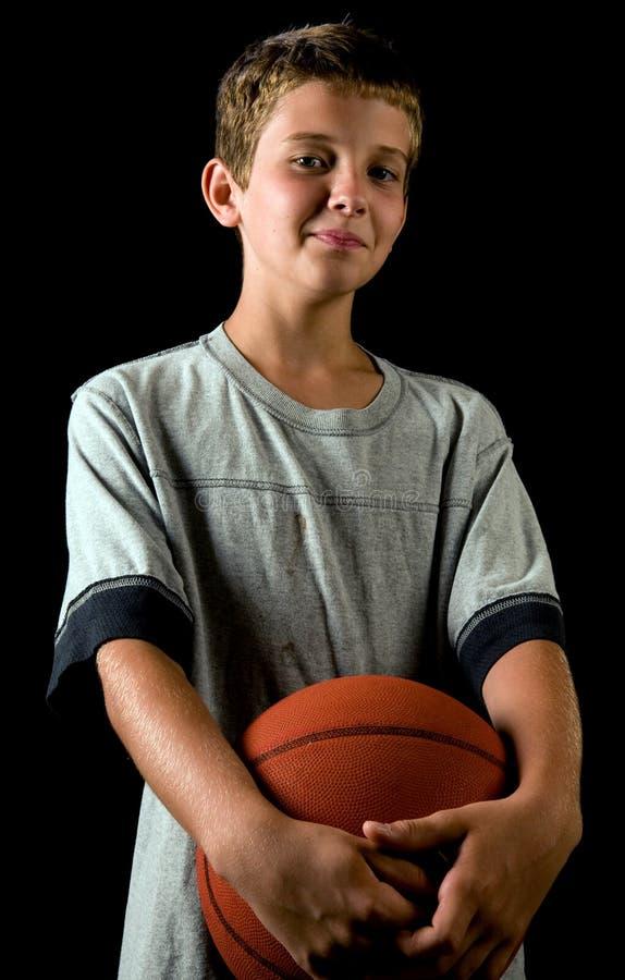 Basket-ball de fixation de garçon photographie stock