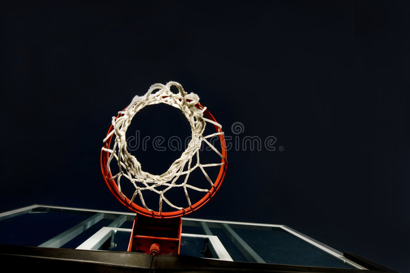 basket-ball de panier ci-dessous photos stock