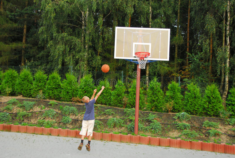 Basket-ball de pièce de garçon photos libres de droits