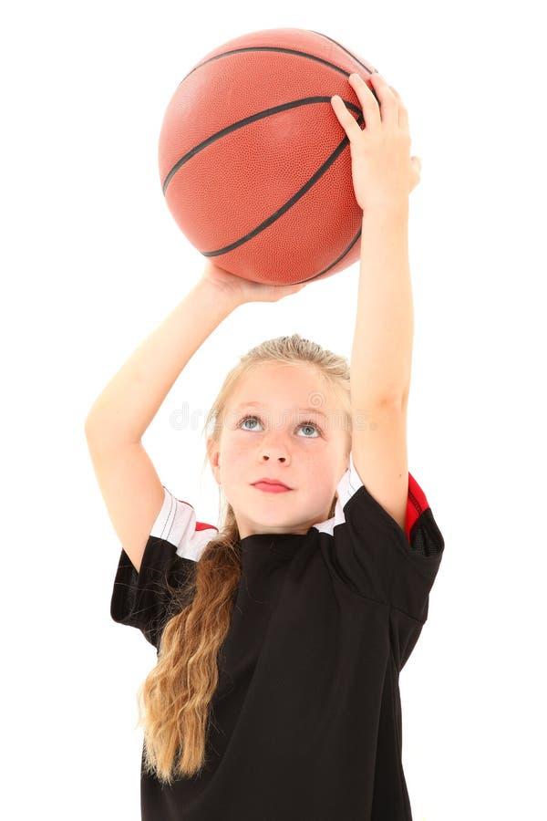 Basket-ball de projection de joli enfant de fille photographie stock