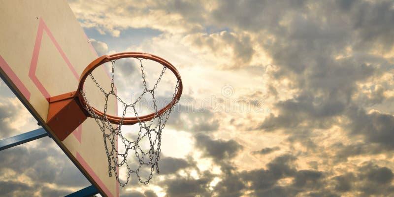 Basket-ball de rue cercle proche de basket-ball vers le haut photographie stock