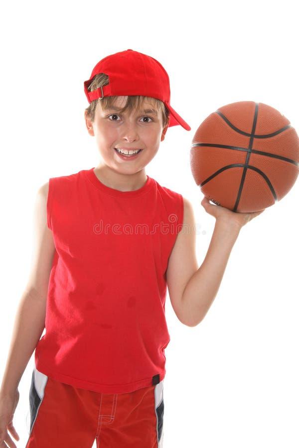 Basket-ball heureux de fixation d'enfant photographie stock libre de droits