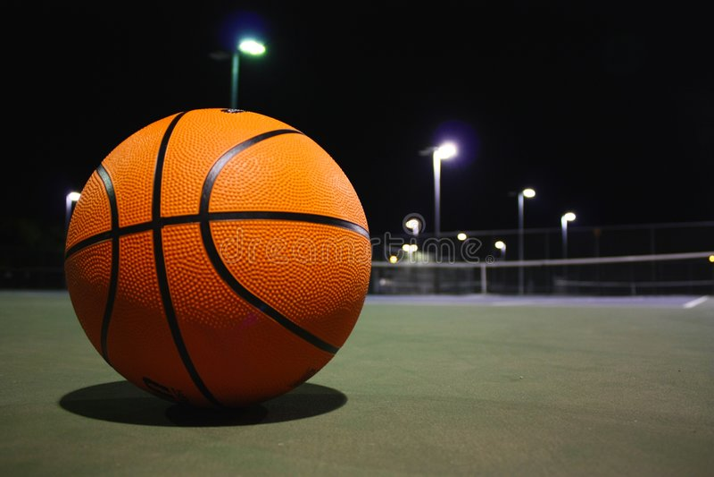 Basket-ball la nuit photographie stock libre de droits
