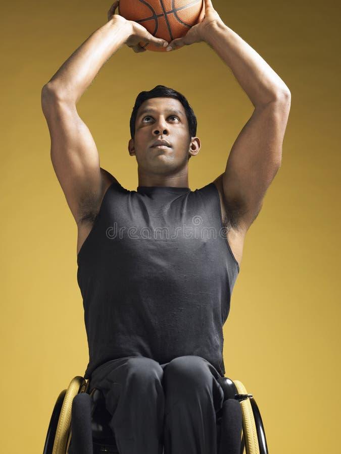 Basket-ball paraplégique d'In Wheelchair Shooting d'athlète photos libres de droits