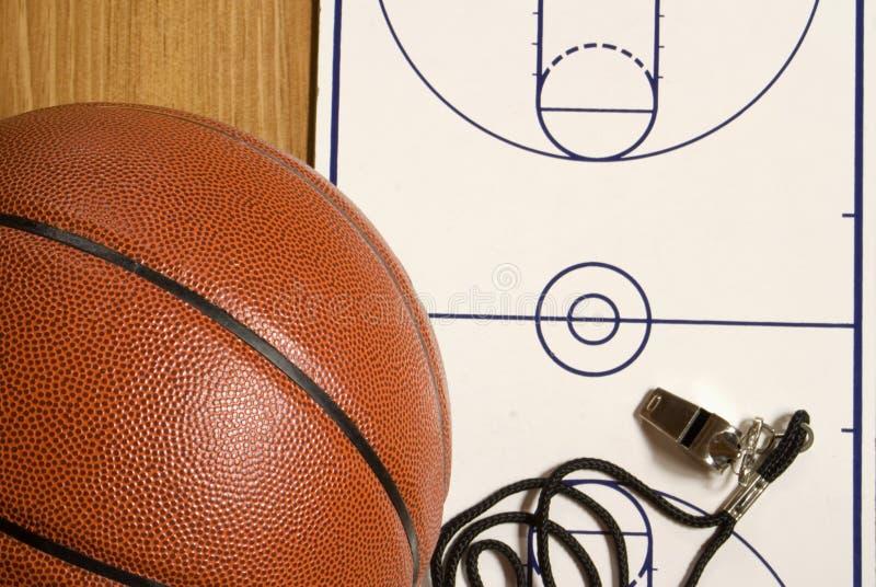Basket-ball, sifflement et planchette blanc photographie stock libre de droits