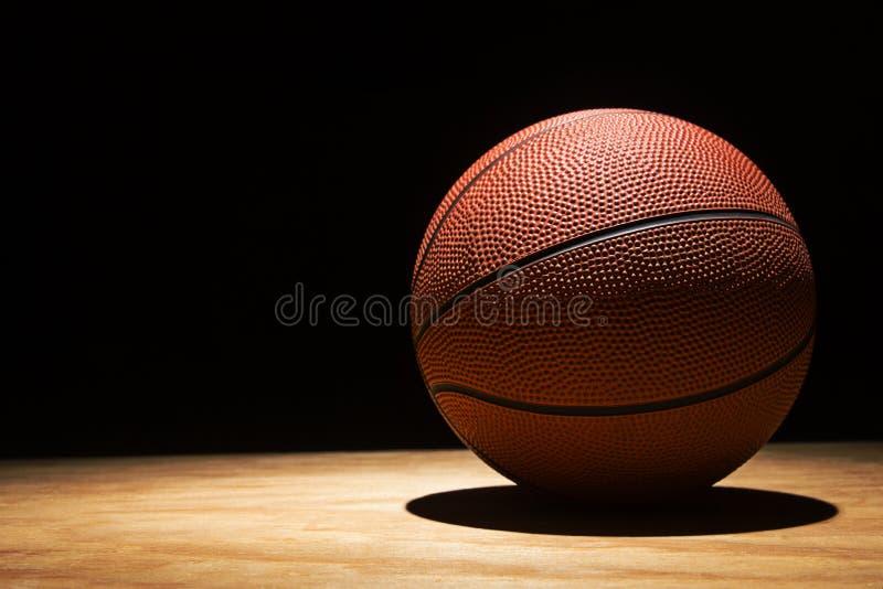 Basket-ball sur le bois dur 2015 photos stock