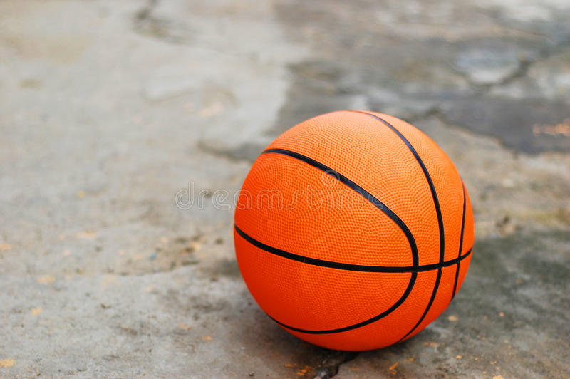 Basket-ball sur le trottoir cassé photo libre de droits