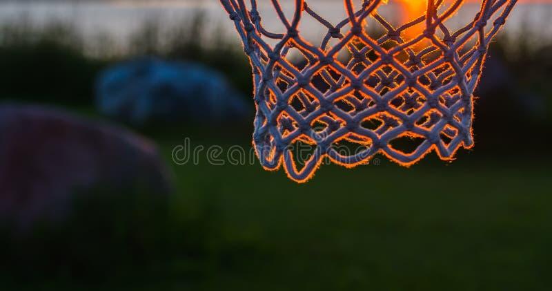 Basket förtjänar i solnedgångljus royaltyfri foto