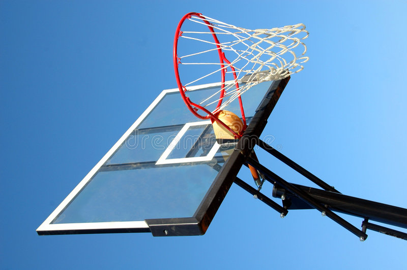 basket förtjänar utomhus- arkivfoto