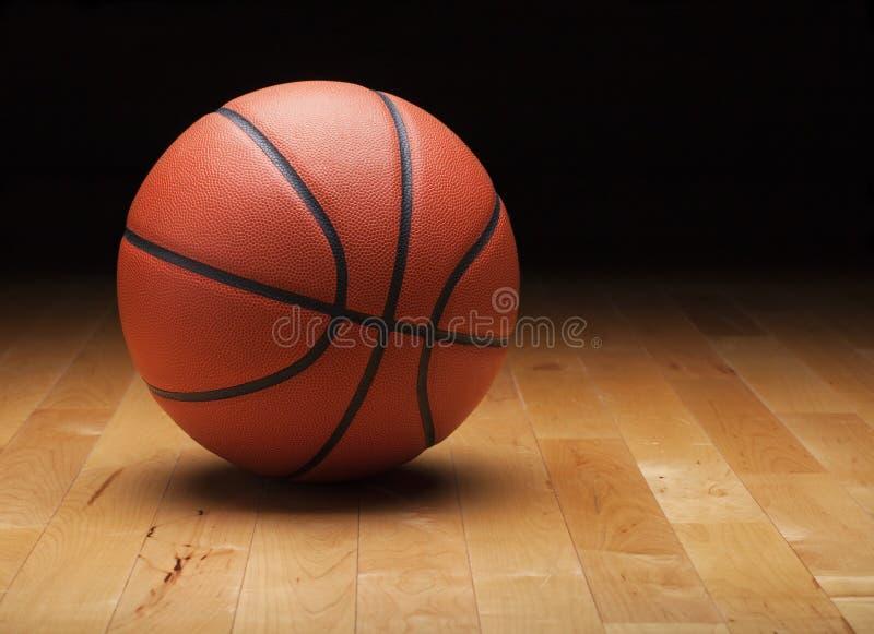 Basket med mörk bakgrund på det wood idrottshallgolvet royaltyfria foton