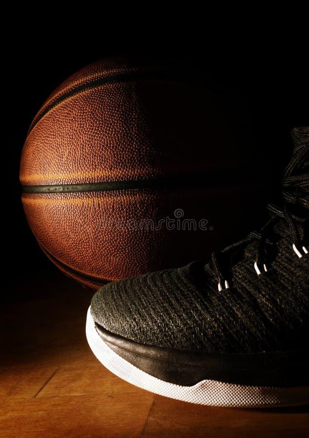 Basket och gymnastiksko arkivfoton