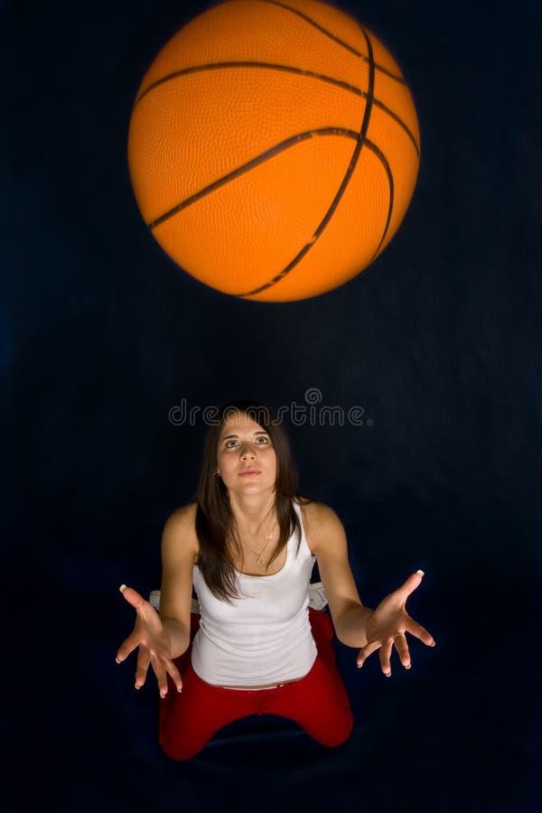 basket som leker den nätt kvinnan royaltyfria bilder
